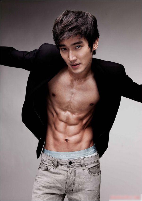 Hình thể cân đối là một trong những yêu cầu khắt khe của showbiz Hàn chính vì vậy mà các thành viên các nhóm nhạc nam đều sở hữu số đo cực chuẩn. Trong đó Choi Siwon - thành viên nhóm nhạc Super Junior cũng được đánh giá rất cao.