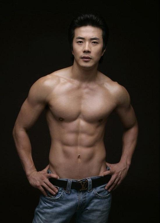 Kwon Sang Woo là một trong những sao nam sở hữu số đo vàng, thân cực chuẩn và anh từng được bình chọn là nam diễn viên có hình thể đẹp nhất Kbiz.
