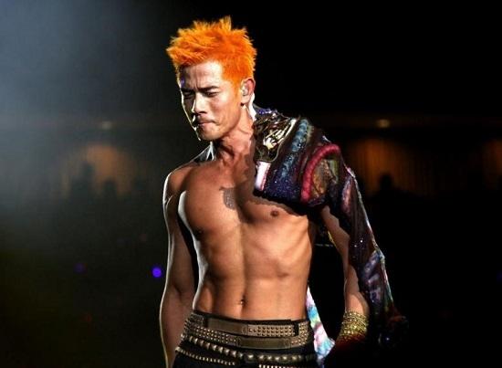 Chàng Thiên Vương HongKong - Quách Phú Thành cũng luôn biết tận dụng hình thể đẹp của mình để khoe mọi lúc mọi nơi, kể cả trên sân khấu ca nhạc.