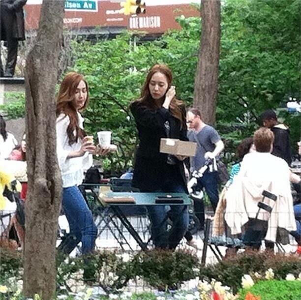 Hai chị em Jessica và Krystal nổi bật giữa New York