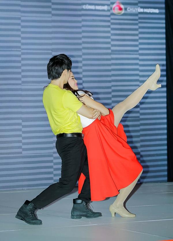 """Đông Nhi cùng Ông Cao Thắng khoe vũ đạo với bản hit """"Happy Together"""" - Tin sao Viet - Tin tuc sao Viet - Scandal sao Viet - Tin tuc cua Sao - Tin cua Sao"""
