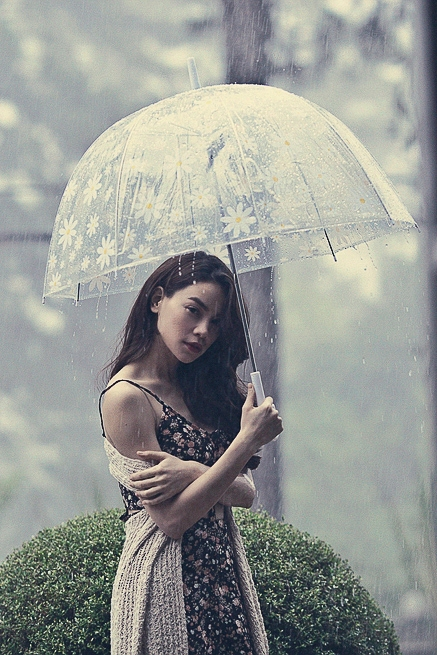 Trong một phút ngẫu hứng nhiếp ảnh gia Tang Tang và Hồ Ngọc Hà đã tác nghiệp dưới mưa, chính cơn mưa chiều này đã để lại những khoảnh khắc lãng mạn, buồn man mác trong loạt hình ảnh trong album. - Tin sao Viet - Tin tuc sao Viet - Scandal sao Viet - Tin tuc cua Sao - Tin cua Sao