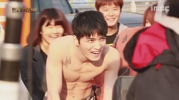 """Jaejoong """"khoe"""" hình xăm trong phim Triangle"""