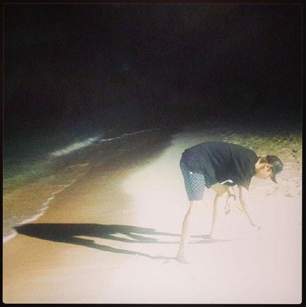 Trong khi đó, Chanyeol đang vui chơi ngoài biển
