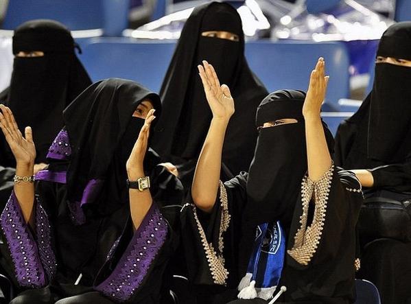 Tuy phụ nữ ở Qatar bình đẳng hơn so với các nước Ả-rập khác, thể hiện qua việc được tự lái xe, nhưng vẫn phải đeo mạng che mặt, không được ngồi gần nam giới tại một số nơi ở Doha.