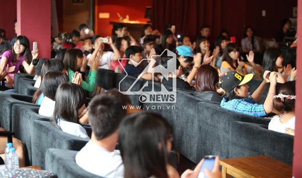 Rất đông fan đã có mặt và cùng người nghiêng ngả với những bí mật về Ngọc Thảo