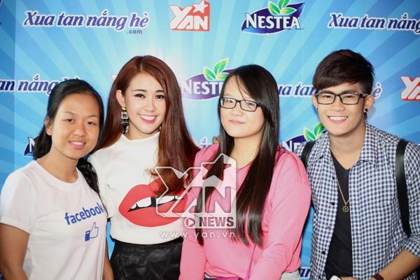 Ngọc Thảo chụp ảnh thân thiện cùng fan.