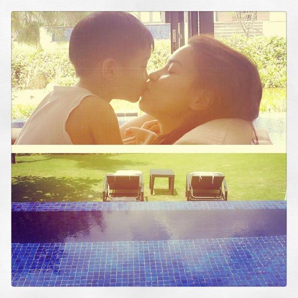 """Hà Hồ cũng """"thoải mái"""" hơn khi chia sẻ những hình ảnh đời thường, tình cảm dành cho cậu con trai bé nhỏ của mình trên trang cá nhân."""