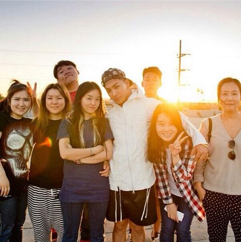 Taeyang đăng tải hình chụp cùng nhóm bạn của anh ấy