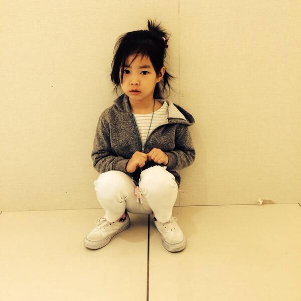 """G-Dragon đăng tải hình Haru trên Twitter với lời nhắn: """"Anh chị ơi, gửi cho em gấp tấm hình này của Haru. Bé xinh quá"""""""