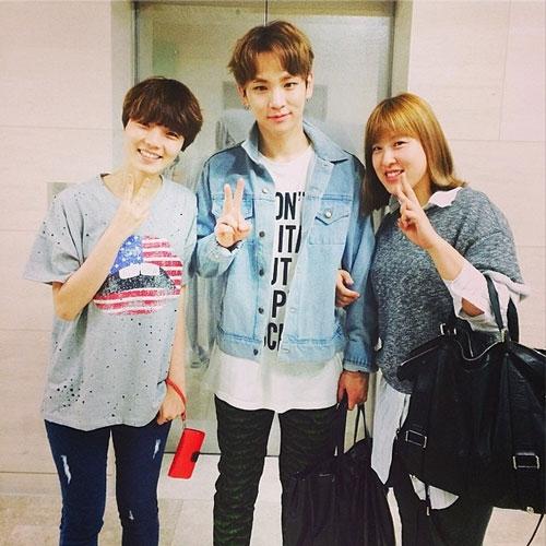 Key khoe hình chụp cùng diễn viên hài Ahn Young Mi