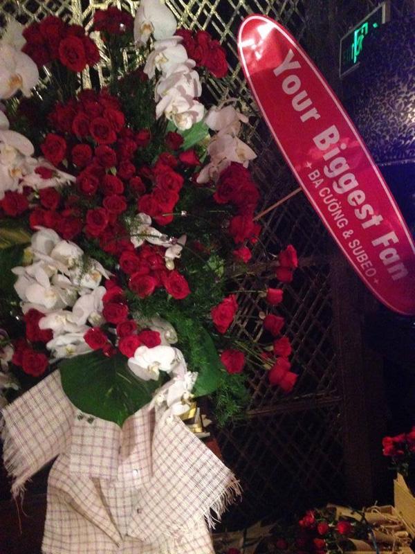 """Trong buổi ra mắt album của Hồ Ngọc Hà, Quốc Cường và Subeo bất ngờ xuất hiện để chúc mừng cô, đồng thời tặng """"mẹ Hà"""" một món quà với thông điệp vô cùng dễ thương"""