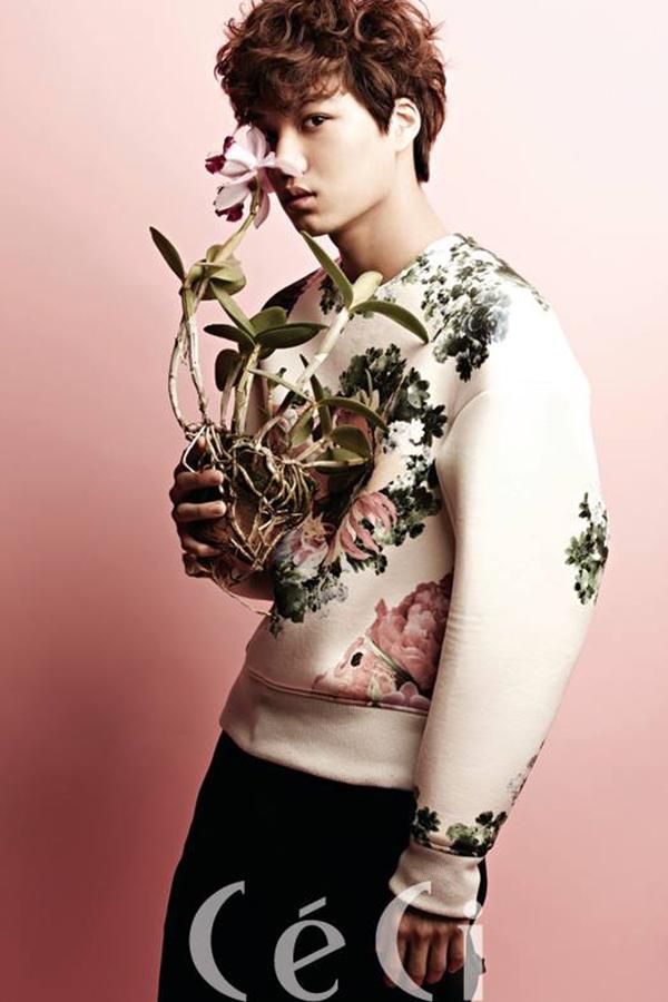 Áo dài tay của Kai EXO in rải rác hoa văn mảng lớn, tạo cảm giác thoáng mắt cho người nhìn