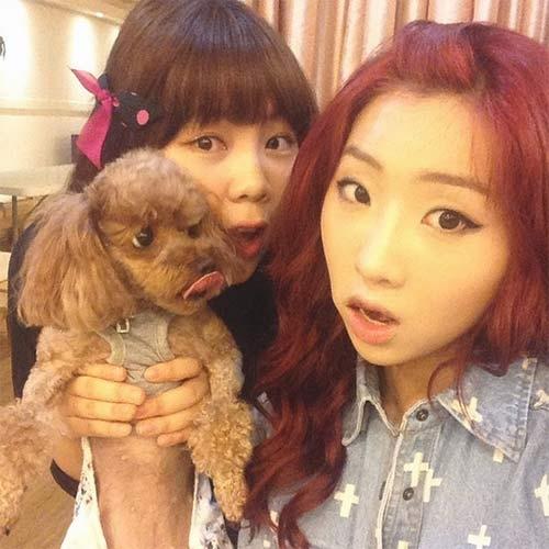 Minzy tạo dáng bên chú cún và chị cực đáng yêu
