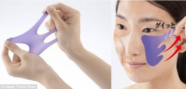 Bạn muốn giúp vùng da mặt, đặc biệt hai bên má luôn căng mịn? Dụng cụ này sẽ giúp bạn kéo dãn phần da mặt về phía sau như loại mặt nạ kể trên, nhưng trông có vẻ gọn gàng hơn nhiều nhỉ.