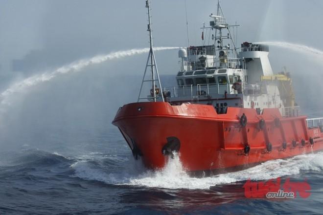 Cận cảnh một tàu kéo trang bị vòi rồng của Trung Quốc đang đe dọa tàu kiểm ngư Việt Nam.