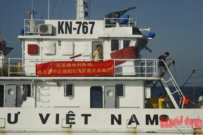 Tàu kiểm ngư Việt Nam với biểu ngữ ôn hòa nhưng kiên quyết bằng tiếng Trung Quốc: Đây là vùng biển của Việt Nam, yêu cầu các vị chấm dứt hành vi xâm phạm và ra khỏi Việt Nam.