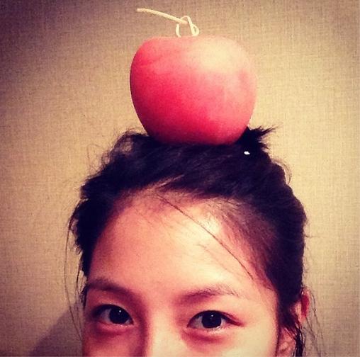 """BoA đăng hình đội trái táo trên đầu với nội dung: """"Đây mới là tóc quả táo nè"""""""
