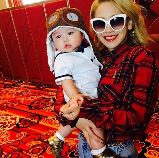 CL khoe hình chụp cùng em bé cực dễ thương.