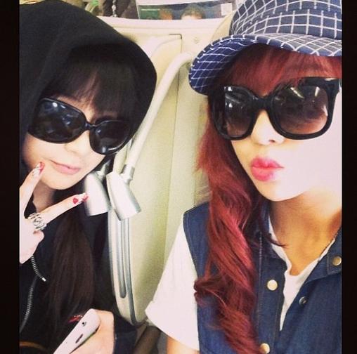 Minzy đăng hình tự sướng cùng Park Bom