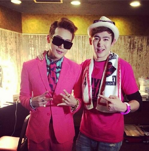 Jun.K khoe hình chụp cùng Nichkhun. Hai chàng trai đều diện áo hồng trông rất tươi trẻ