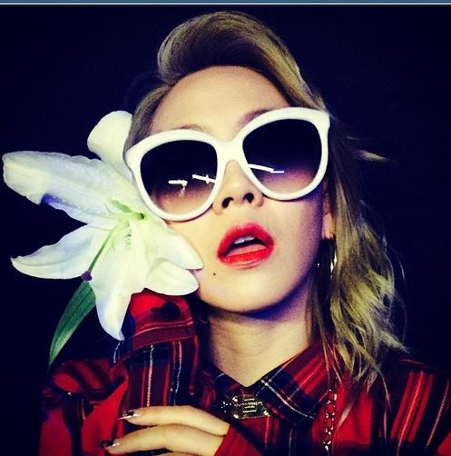 CL khoe hình đeo kính đen tạo dáng bên hoa cực ngầu