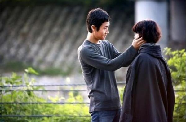 Jungwoo và Go Ara trong phim Replay 1994