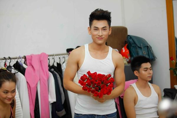 Phạm Quỳnh Anh cùng Harry Lu đi cổ vũ cho Hoàng Thùy Linh