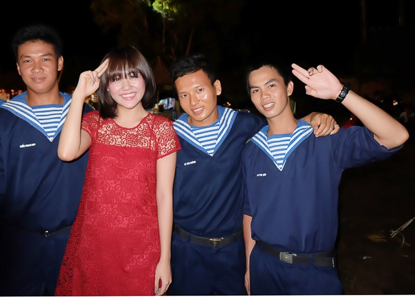 Văn Mai Hương bay ra đảo hát cổ vũ chiến sĩ hải quân - Tin sao Viet - Tin tuc sao Viet - Scandal sao Viet - Tin tuc cua Sao - Tin cua Sao