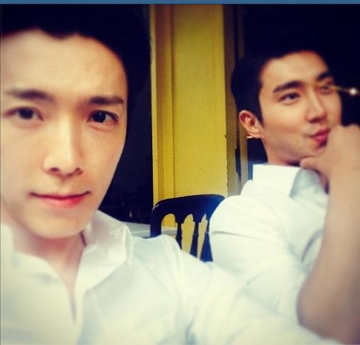 Donghae khoe hình chụp cùng Siwon. Cả hai anh chàng diện áo sơ mi cực bảnh