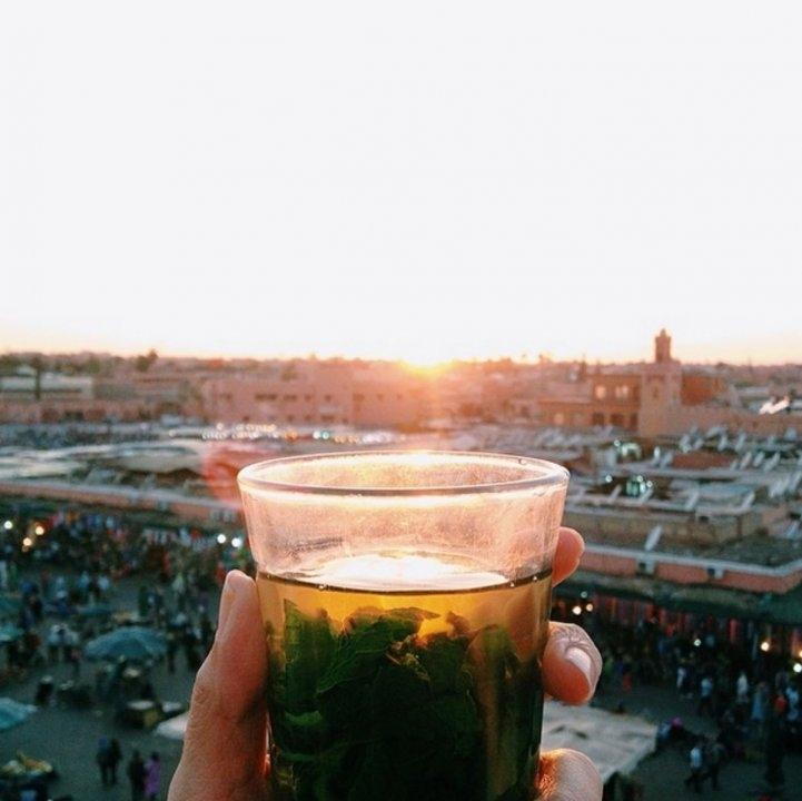 Ngắm mặt trời lặn với trà bạc hà (Thé à la menthe) ở Djema El-Fna, Marrakesh, Morocco.