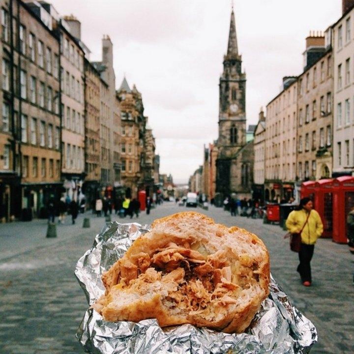 Bánh mì cuộn thịt heo nướng ở Royal Mile, Edinburgh.