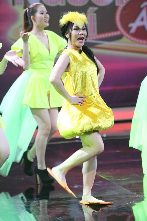 """[Người bí ẩn] Khởi My """"qua mặt"""" Hoài Linh, Việt Hương khoe vũ đạo với """"Con bướm xuân"""""""