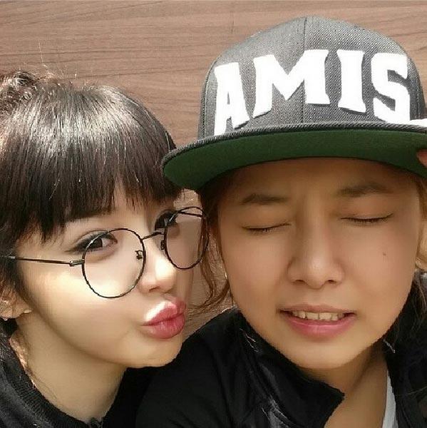"""Park Bom khoe hình """"bạn cùng phòng"""" và thể hiện một vài tình cảm: """"Một người bạn khác của tôi, cô em gái Ga Yeon dễ thương, người luôn bảo vệ tôi""""."""