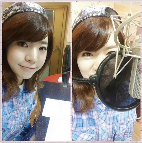 """Sunny khoe hình trước micro với nội dung: """" Hẹn hò với FM4U's Sunny, chúc các bạn một ngày nắng vui vẻ nhé. Hẹn gặp lại mọi người. Mỗi ngày đều hẹn hò với Ssun"""""""
