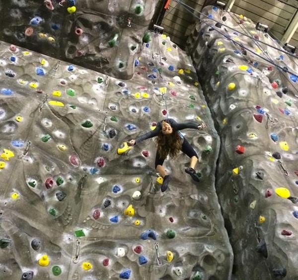 Nina Dobrev thử sức với bộ môn leo núi nhân tạo