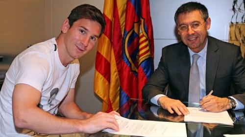 Messi và chủ tịch Barca trong ngày ký hợp đồng. Ảnh: Barcelona FC.