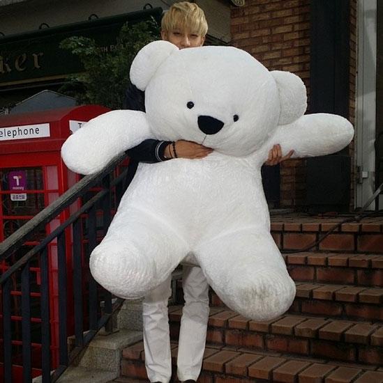 Tao khoe hình chụp cùng gấu bông siêu bự