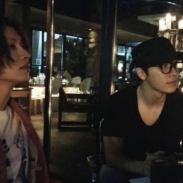 """Heechul khoe hình """"hẹn hò"""" với Donghae nửa đêm."""