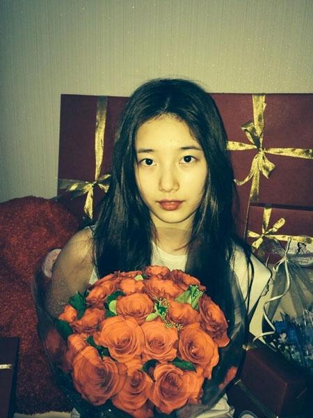 Suzy khoe hình cầm hoa trong ngày lễ trưởng thành