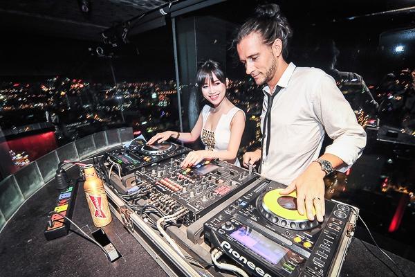VJ Sỹ Thanh lần đầu học chà đĩa với DJ Tang đến từ Singapore