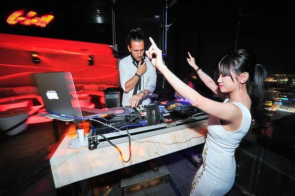 Trong chương trình Made for Music, DJ Tang đã biểu diễn trên tầng thượng của Chill Skybar, mang đến cho người tham dự những bản phối hip hop và EDM mới mẻ nhất - chắc chắn sẽ làm bạn sôi động cùng giai điệu đến khuya.