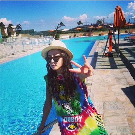 """Dara """"lòe loẹt"""" tạo dáng cực đáng yêu ở hồ bơi tại Philippines với nội dung: """"Tôi thích nơi này quá đi"""""""