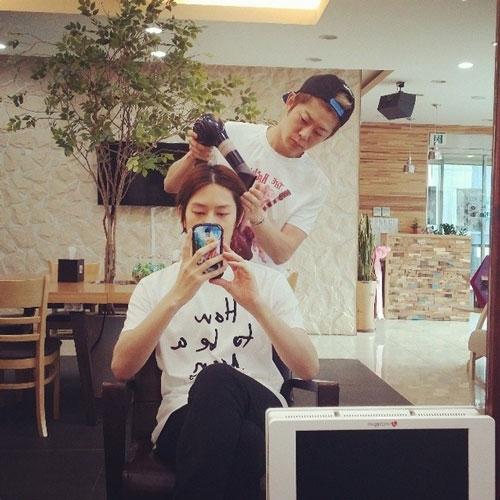 """Heechul khoe hình trong tiệm làm tóc với nội dung: """"Chào buổi sáng"""""""