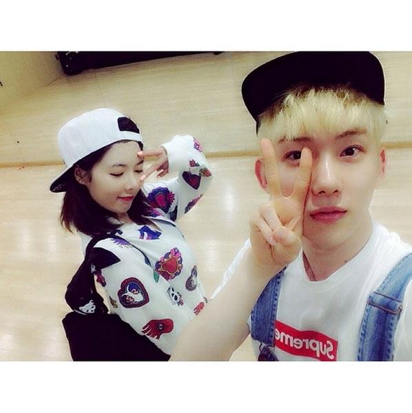 Jokwon khoe hình tạo dáng nhí nhảnh bên cạnh HyunA.