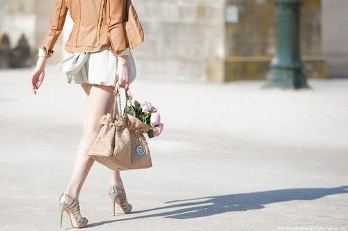 Dù cho đôi chân có căng phồng hay sưng tấy, nhưng vì để có những bước chân đầy thu hút và dáng vóc gọi cảm thì nàng cũng quyết không thể từ bỏ giày cao gót.