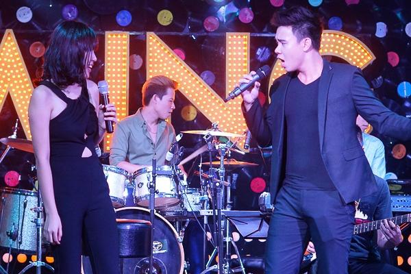 Đông Hùng Idol cháy cùng bạn gái Phương Linh trong đêm nhạc riêng
