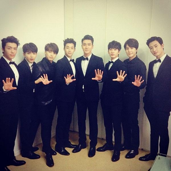 Donghae đăng tải hình Super Junior - M bảnh trai với trang phục vest