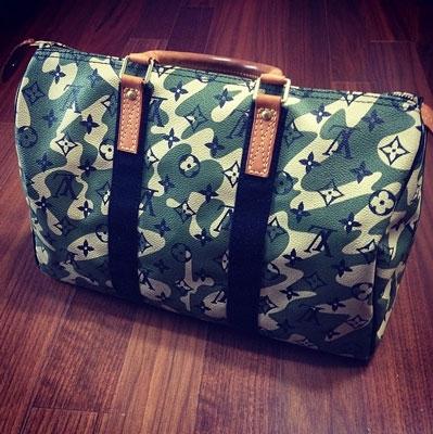 """Minzy chụp hình chiếc túi với nội dung: """"Đây là thời gian để đi""""."""