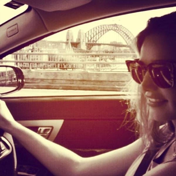 Miranda Kerr tự lái xe đi dạo